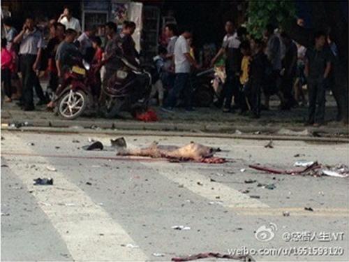 馬路上出現疑似被炸死者屍體殘骸。(網絡圖片)
