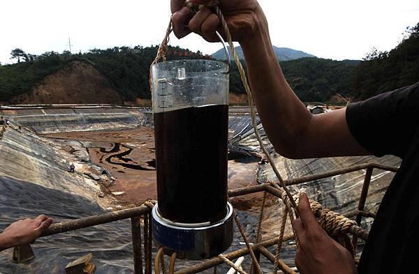 中國患癌症死亡平均已達到每天7300人的驚人程度,癌症村遍佈全中國,環保嚴重受損是導致癌症高發的原因之一。圖為,2010年7月13日,福建省紫金銅礦有毒物質在大雨後洩漏污染河流。(STR/AFP/Getty Images)