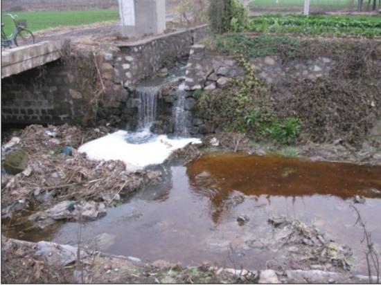 山東省金嶺鎮化工廠嚴重污染水源,河水顏色經常發紅或發黃,散發著難言的惡臭。(網路圖片)