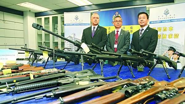 警方在行動中撿獲55支非法改裝的長短氣槍,估計價值超過100萬元。周鴻熙攝