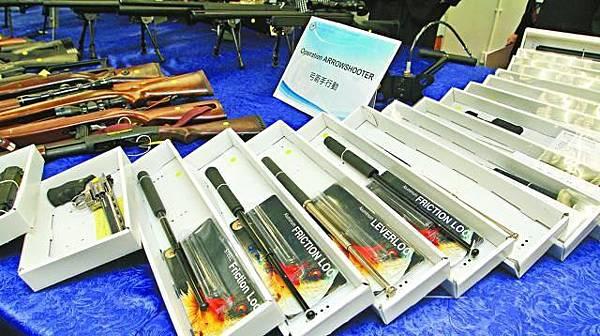 警方在兩間模型店撿獲1,500支伸縮警棍。