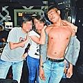 被告劉駿希和朋友合照時,袒胸露兩點。