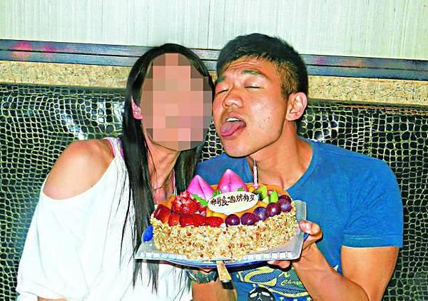 劉駿希生日時與女性友人慶祝,狀甚陶醉。
