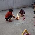 湖南7歲童被虐殺 頭裂皮扒藏屍化糞池圖為,家屬在化糞池邊上祭祀亡靈。(大紀元資料室)