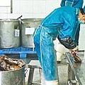 海天堂設於惠州的廠房,有工人做樣劏龜。李家皓攝