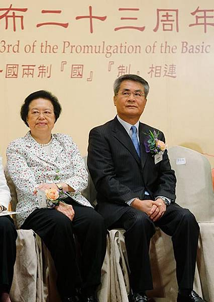 中聯辦副主任黃蘭發(右)炮轟公民提名是在《基本法》和人大決定以外「另搞一套」,兩人裝朿有如待燒紙偶,十分登對。易仰民攝