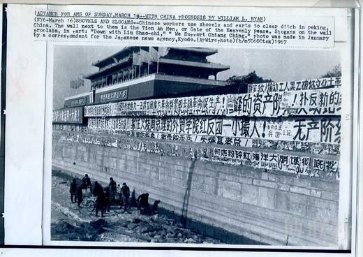 如拍天安門城樓的照片,有意將天安門城樓樓頂削去一半,儘量把畫面留給照片的主體——鋪天蓋地的橫幅和標語,而且還有意讓地平線歪斜,預示著不安定的視覺感受,觀後令人觸目驚心。而中國記者絕想不到這樣去拍,也絕不敢這樣去拍,拍了也沒處發表。