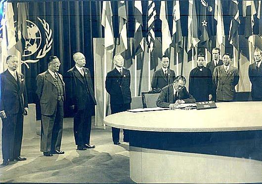 1945年6月28日,中共代表團參加聯合國組建舉行簽字議式,中共代表董必武在場。這一歷史事件極為重大,但長期被封鎖,中共建政後幾乎無人知曉。攝影記者絕對一流高手,開足光圈,焦點僅落在簽字者王忠輝(音)一個人身上,後排站立的代表全都略為虛化,這樣突出了主體。