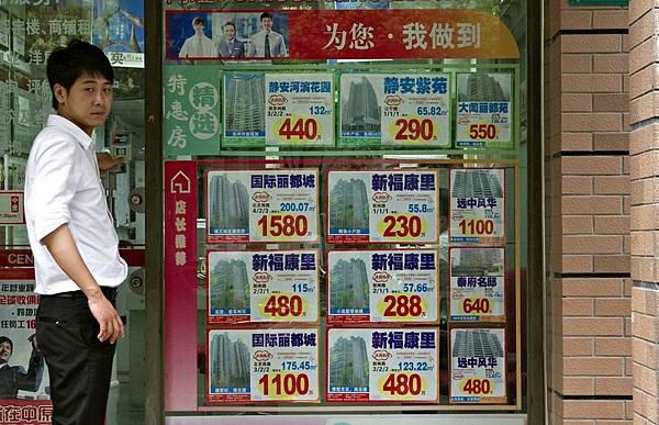 近日,由於溫州民營企業資金鏈緊張,大量溫州老闆開始在上海拋售房產籌集資金。市場反映並不熱烈,交易量相當慘淡。圖為,上海一房地産中介公司。(PHILIPPE LOPEZ/AFP/Getty Images)