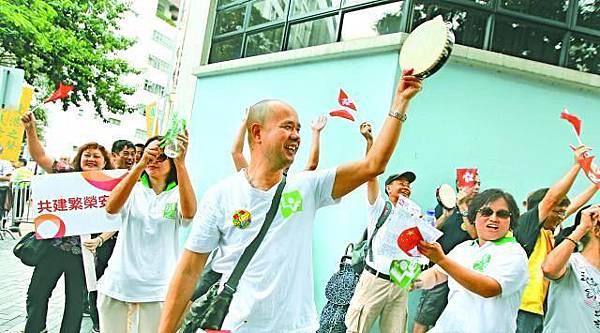 團體600元請長者排隊攞飛,有挺梁示威者在學校門外播放國歌及舊歌騎呢起舞,唔知以為青山之友及大口環聯合校慶。