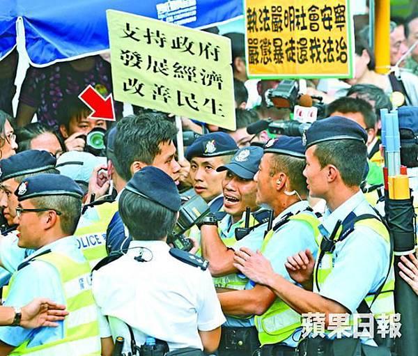 本報記者(箭嘴示)橫過馬路採訪時,遭多名警員以保護同僚為由作勢遮擋鏡頭及驅趕,現今的警員面目猙獰,警賊難分,區別只在制服上而已。