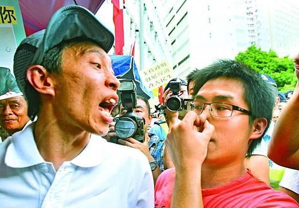 「收工男」傅振中加入罵戰,與黃對峙,傅大叫:「人民力量,垃圾  一樣!」黃掩住鼻子說:「你有口氣呀!」