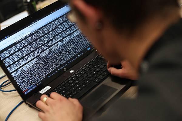 美國一家電腦公司週二說,電腦安全專家已經發現一群高精尖的電腦黑客受僱展開行動,  這個黑客團體跟近年一些中國之外最著名的網絡間諜攻擊有關。資料圖片。(THOMAS   SAMSON/AFP)