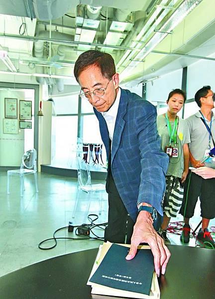 李柱銘指他手中的《基本法》草稿,最初是包括由香港選民投票決定特首的選舉辦法,但後來有關條文遭刪除。李家皓攝