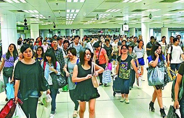 內地客逼爆香港,有議員反對擴大自由行,並指香港的承受能力已飽和。資料圖片