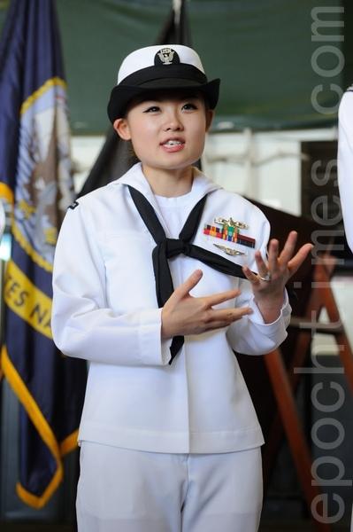 天津出生的女孩孫詩維,加入美國海軍2年多,現任艦上的物流資金管理專員。