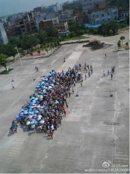 9月17日,廣西貴港市港南區港南中學高三學生集體罷課,抗議學校強制學生購買校服以及食堂出售高價飯菜。