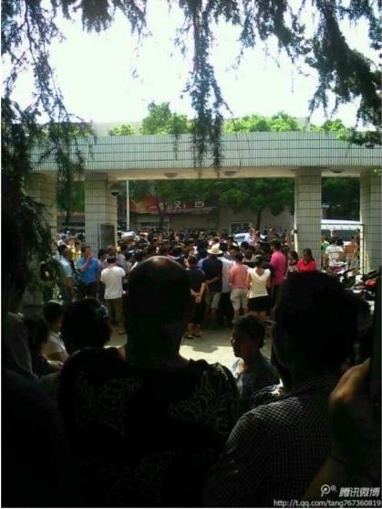 9月15日,浙江省寧波市鎮海區莊市街道辦,康達鞋業百名工人阻斷交通示威,50餘特警出動阻攔。13日,康達鞋業宣佈倒閉,工人已經數月未領到工資。
