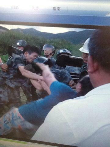 9月13日,福建福清市陽下鎮蘭田村,政府不理民眾反對,出動200名頭戴鋼盔、手持寫有「行政執法」字樣的盾牌、身穿迷彩服的警察、城管及施工隊,入村強行建造高壓電塔。大批村民上前阻止,雙方爆發衝突,許多村民被打傷抓捕,一些人腰骨被打斷。