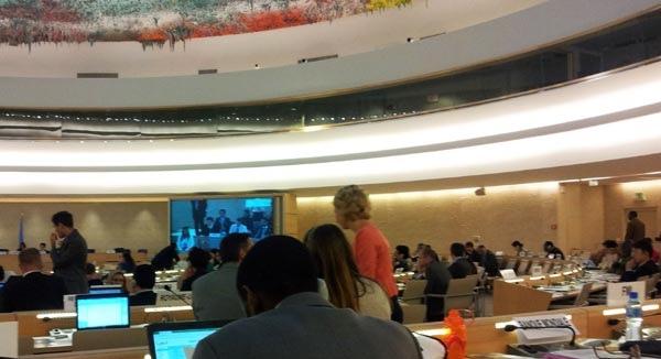 聯合國人權安理會大會現場。現場大屏幕上顯示法輪功人權代表陳師眾正在發言(攝影:唐瑛/大紀元)