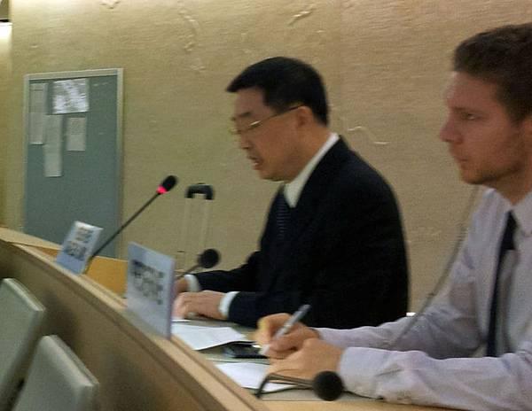法輪功人權代表陳師眾正在發言(攝影:唐瑛/大紀元)