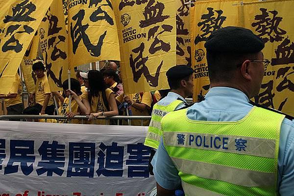 2013年8月18日,香港,梁振英參加市民會議,他的支持者和反對者在會場外對峙。(EyePress News)
