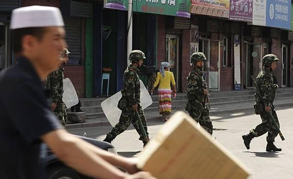 新疆多地嚴厲清查文化巿場,喀什地區兩個月內約五百名維族人被捕。圖為新疆首府烏魯木齊街頭巡戈的中共武警。(Peter PARKS / AFP)