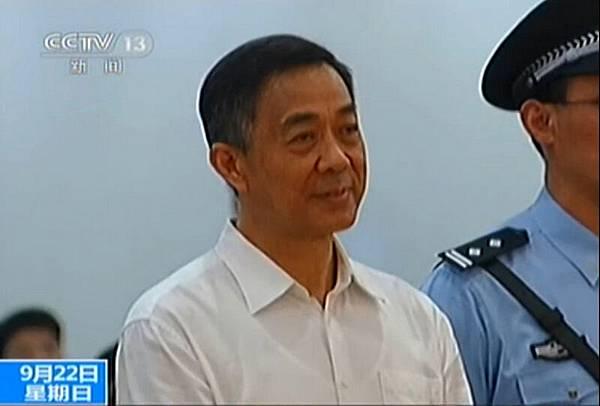 此屏幕截取自20139月22日公佈的閉路電視錄像,顯示了中國政治明星薄熙來站在濟南,中國東部的山東省濟南市中級人民法院。墮落的中國政治明星薄熙來被法院判處終身監禁,9月22日,一個聳人聽聞的醜聞,在全國的最引人注目的幾十年的試驗中達到了高潮。
