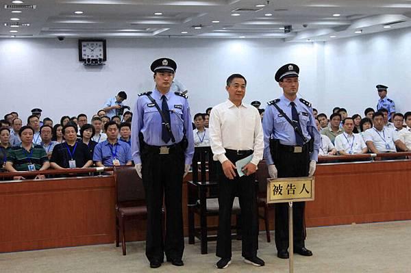 2013年9月22日,山東濟南,被戴上手銬的薄熙。(AFP)