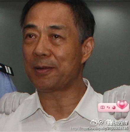日前,網傳一張薄熙來被兩法警分別摁著雙肩的淚光照被曝光。(網絡圖片)