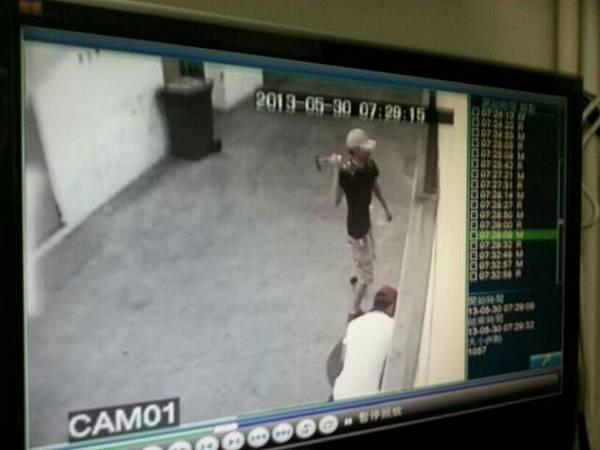 今年5月30日香港《大紀元》的印刷廠大門遭不明人士惡意毀損。(視頻截圖)