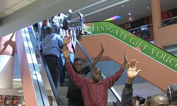 肯亞首都奈洛比西門購物商場攻擊事件,這項攻擊造成至少61名平民和6名安全部隊成員喪生,5名攻擊者遭擊斃、11人遭收押。(AFP PHOTO/AFPTV/NICHOLE SOBECKI)