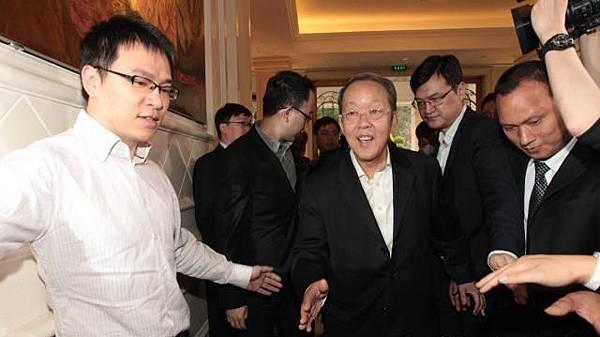 王光亞3月曾在深圳與建制派立法會議員會晤,有與會者飯後引述王光亞稱,限奶令使其孫女的奶粉供應出問題。