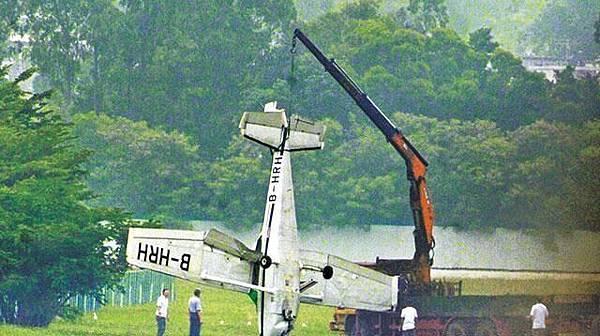 發生意外的飛機事後被吊走,拖返石崗機場內的香港飛行總會基地。曾顯華攝