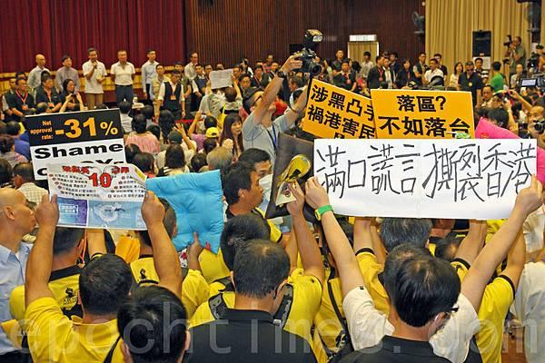 得到江澤民利益集團支持的梁振英一直忠實執行江派大總管曾慶紅的旨意,動用警察和食環  署等政府資源配合中共黑幫青關會和愛字頭的組織打壓法輪功和泛民主派,民生和經濟上則  將中共的『打地主分田地』的方式移植到香港,加劇分化港人煽動仇富,意圖將針對梁振英  的民怨的矛頭轉向李嘉誠等富豪,製造社會混亂;達到中共江派目的──顛覆「一國兩制」  (潘在殊/大紀元)