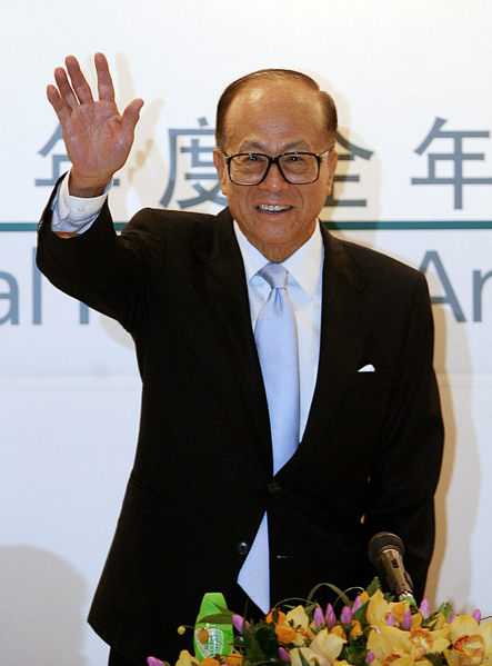 Hong Kong tycoon Li Ka-shing waves to the press at Cheung Kong holdings and   Hutchison Whampoa press briefing in Hong Kong, 22 March 2007. Hong Kong ports-  to-telecoms giant Hutchison Whampoa 22 March reported a 40 percent rise in 2006   net profit, helped by an improved performance at its loss-making 3G mobile   operations. AFP PHOTO/MIKE CLARKE