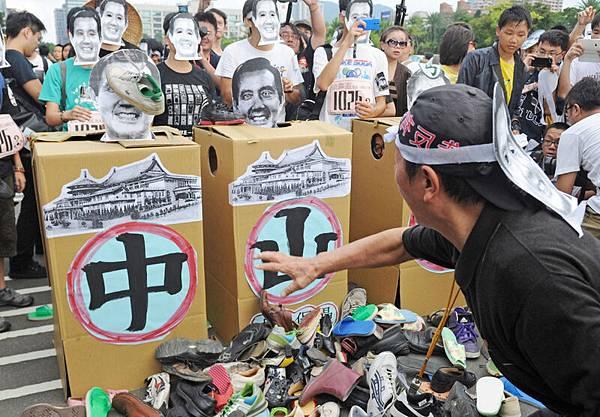 全國關廠工人連線等民間團體29日在台北國父紀念館舉行萬人威鞋和金靠盃落跑大賽,以行  動表達對當權者的不滿和憤怒。(中央社)