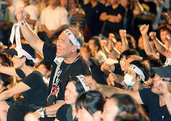 929凱道怒火聯盟29日晚上在凱道舉辦「929站出來」活動,民眾高喊4項訴求,要求總統馬  英九下台。(中央社)