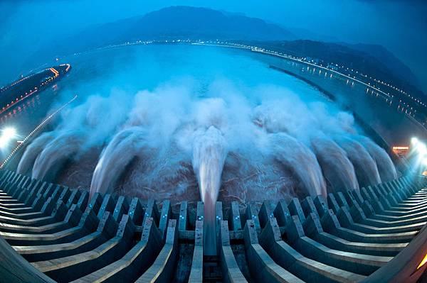 目前,中共突然對三峽大壩安保升級至海陸空「保衛」,引起廣泛關注。據港媒披露,三峽安保措施主要針對人為破壞。因為大壩最脆弱的地方,只要數十公斤炸藥,就足以造成嚴重的破壞。 (AFP)