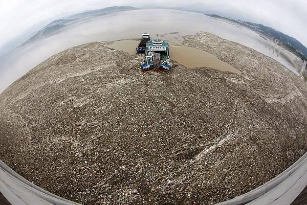 專家認為,若不拆除三峽大壩,當泥沙淤積量超過40億噸,再想拆除三峽大壩,江水已無法將其帶入大海,河道有堵塞及改道的危險,想拆也不行了。(Getty Images)