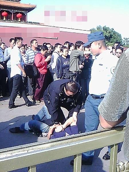 上海訪民王曉平遭到天安門分局警察(051607)毆打。(訪民提供)