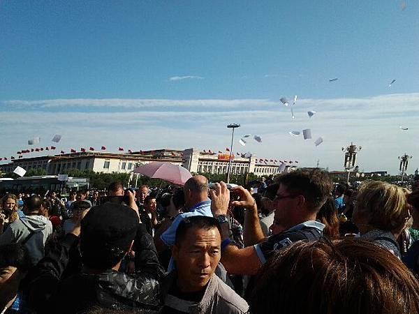 來自全國各地訪民一波又一波前往天安門撒傳單、放鞭炮、喊口號,以各種方式慶祝中共建政64週年,讓北京警察高度戒備。(訪民提供)