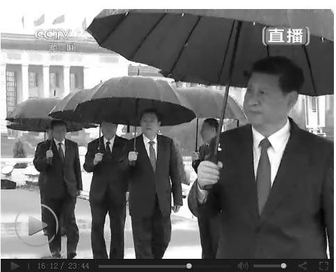 十一當天,天安門廣場上傾盆大雨,到中共7常委現身,雨更大了。(AFP)