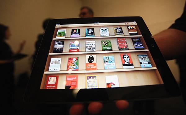 蘋果公司最近從其應用程式發佈平臺App Store中移除一款名為OpenDoor的手機翻牆軟件,但未事先通知或提出解釋。中國互聯網專家認為,此舉代表該公司屈從中共審查制度的意願,已經達到全新的水平。 圖為蘋果手機主頁顯示的部份應用程式。(Getty Images)