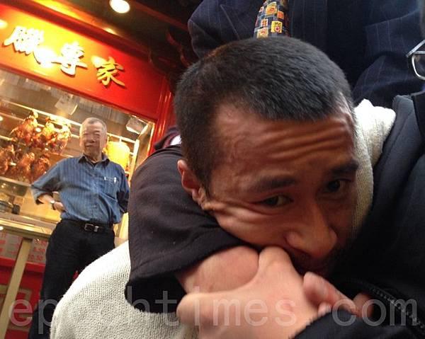 2013年9月29日,暴徒襲擊英國倫敦中國城法輪功真相點,當場被法輪功學員抓住。(攝影  :冠齊/大紀元)