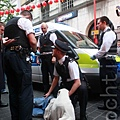 敦唐人街法輪功講真相勸「三退」活動再遭暴徒襲擊,肇事者被警方帶走。(攝影:冠齊/  大紀元)