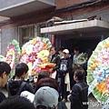 10月1日上午8時,夏俊峰妻手捧夏俊峰骨灰和遺像,送其前往瀋陽郊區紀念林墓園安葬。除  家中親友,還有全國各地上百名網友到場。(網路圖片)