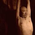 武漢商人徐崇陽因發表批評薄熙來言論而被捕,北京法院以「詐騙罪」判處他19個月徒刑。徐崇陽今年初刑滿出獄後,曝光他在被拘押期間,因否認控罪,遭酷刑凌辱,被扒光衣服吊打,被打斷肋骨,打掉牙齒。(視頻擷圖)