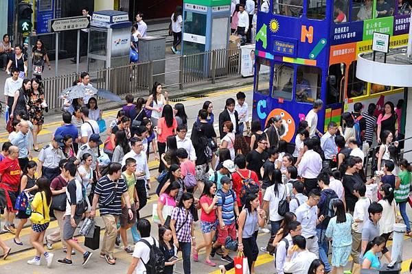香港本地客主導新樓盤 大陸客購買欲下減 銀行有機會上調按揭利率一厘 陶冬:預期樓價跌近二成