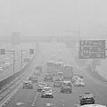10月5日早7點,從四惠橋上望去,路上車輛處在霧霾中(網絡截圖)